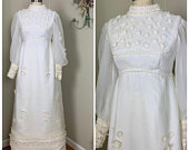 1970s Vintage Boho Chic Bridal Gown / Organza with Detachable Chapel Train / Boho Hippie Creamy OffWhite Gown with Daisy appliques